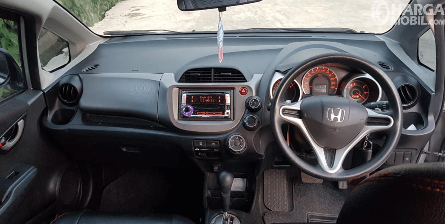 Gambar ini menunjukkan dashboard dan kemudi mobil Honda Jazz 2010