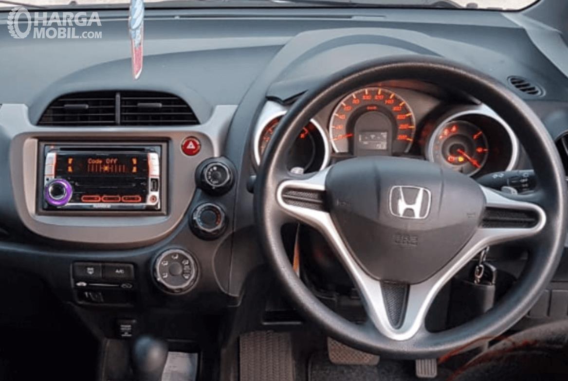 Gambar ini menunjukkan kemudi dan fitur pada head unit Honda Jazz 2010