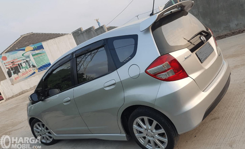 Gambar ini menunjukkan bagian samping mobil Honda Jazz 2010