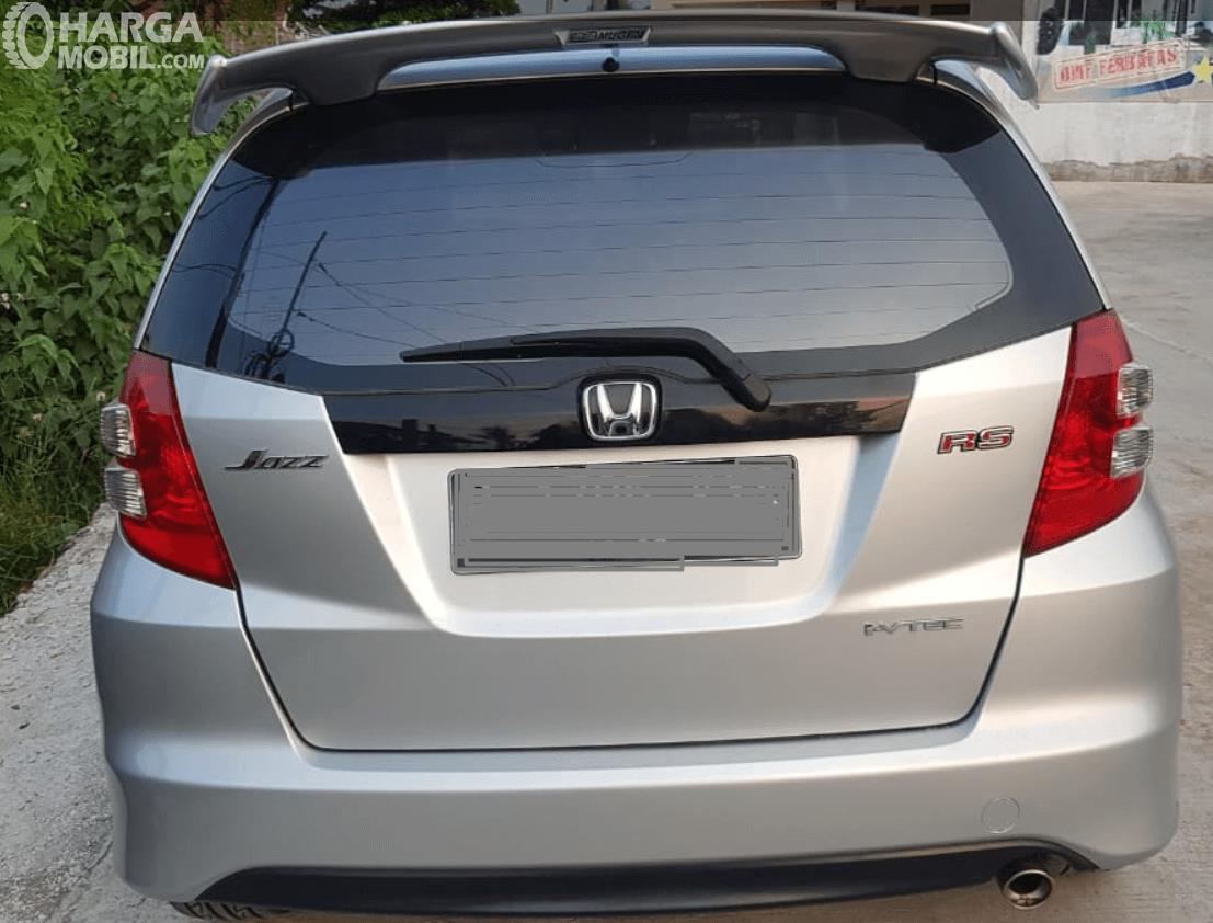 Gambar ini menunjukkan bagian belakang mobil Honda Jazz 2010