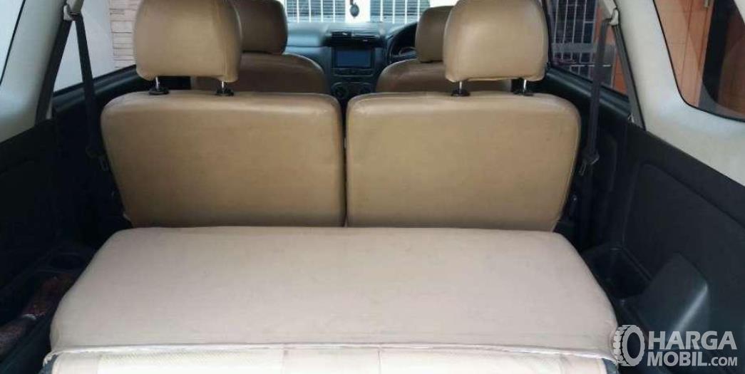 Gambar ini menunjukkan bagasi mobil Toyota Avanza 1.3 S AT 2004