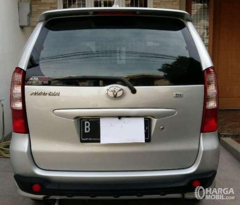 Gambar ini menunjukkan bagian belakang Toyota Avanza 1.3 S AT 2004