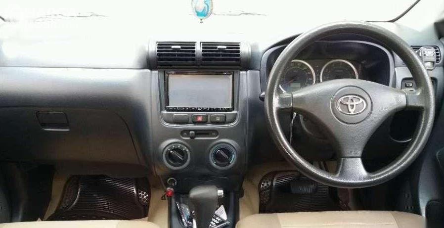 Gambar ini menunjukkan bagian dashboard mobil Toyota Avanza 1.3 S AT 2004