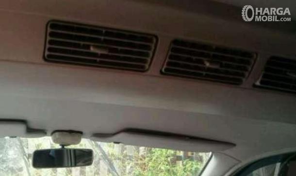Gambar ini menunjukkan Kisi-kisi AC mobil di kabin bagian tengah