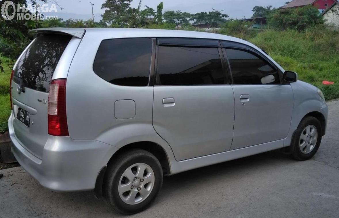 Gambar ini menunjukkan bagian samping Toyota Avanza 1.3 S AT 2004