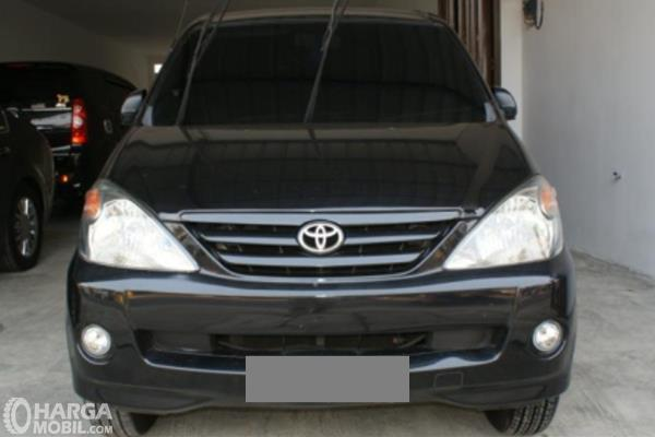 Gambar ini menunjukkan bagian depan mobil Toyota Avanza 1.3 S AT 2004 hitam