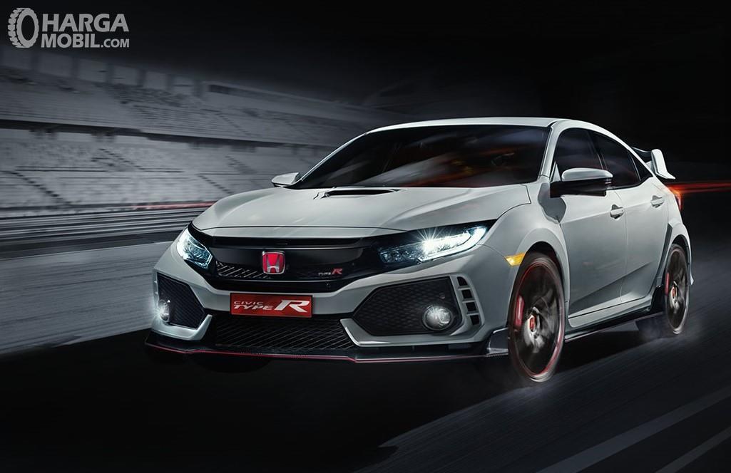 Foto menunjukkan Honda Civic Type R tampak dari samping depan