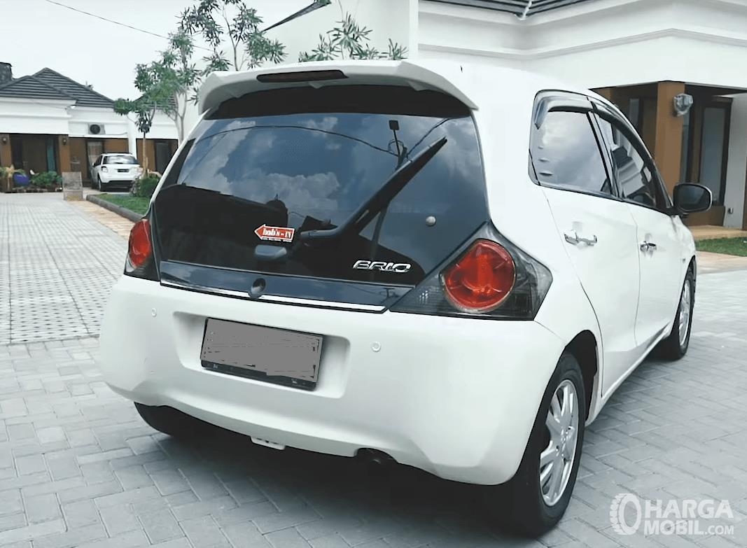 Gambar ini menunjukkan bagian belakang Honda Brio Satya E 2013