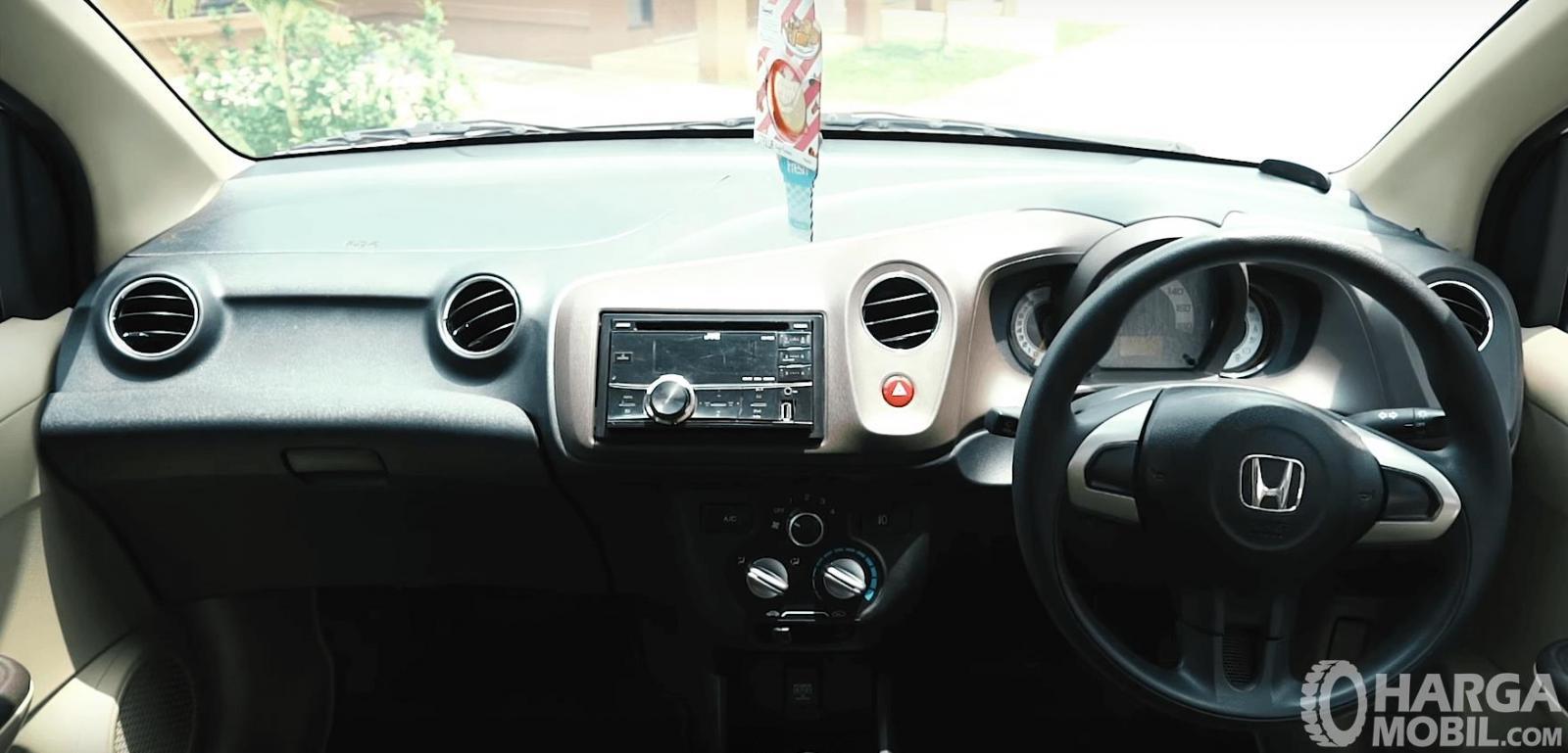 Gambar ini menunjukkan dashboard mobil Honda Brio Satya E 2013