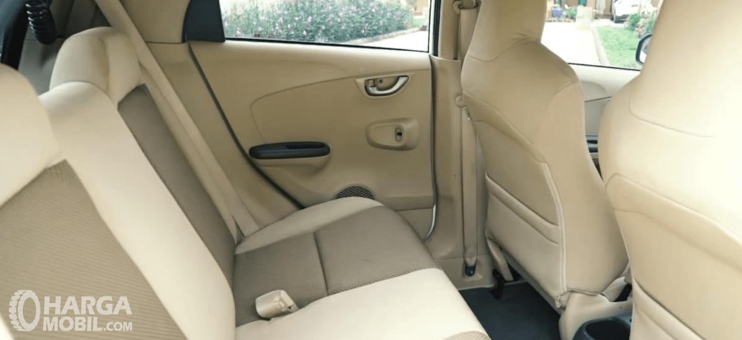 Gambar ini menunjukkan jok mobil Honda Brio Satya E 2013