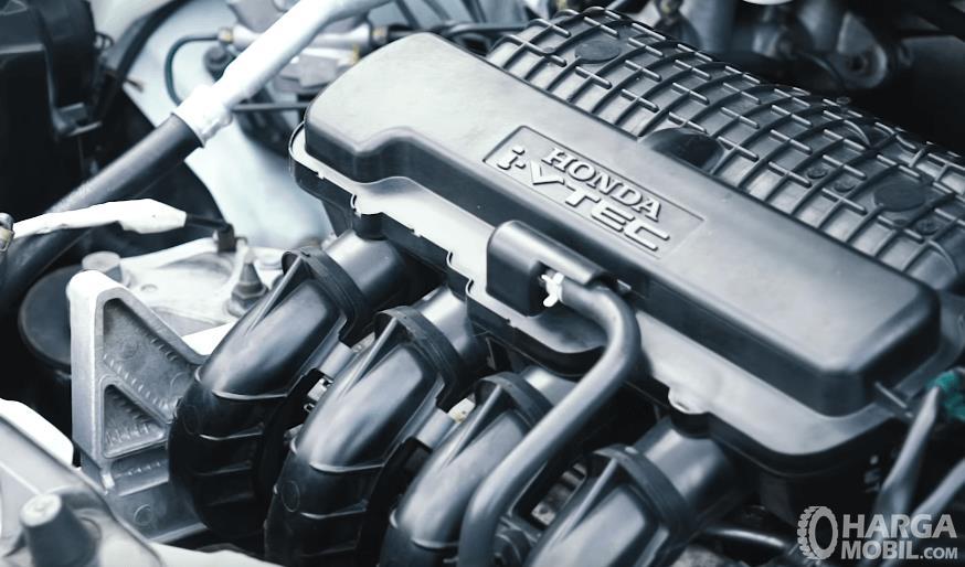 Gambar ini menunjukkan mesin mobil Honda Brio Satya E 2013