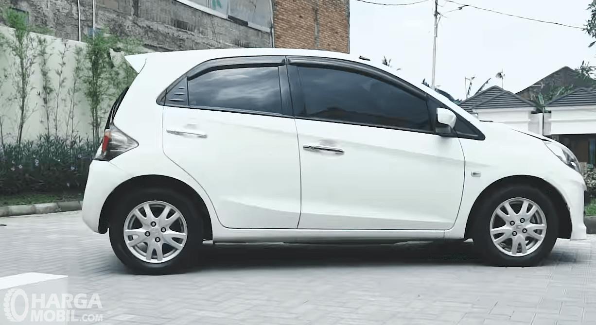 Gambar ini menunjukkan bagian samping mobil Honda Brio Satya E 2013