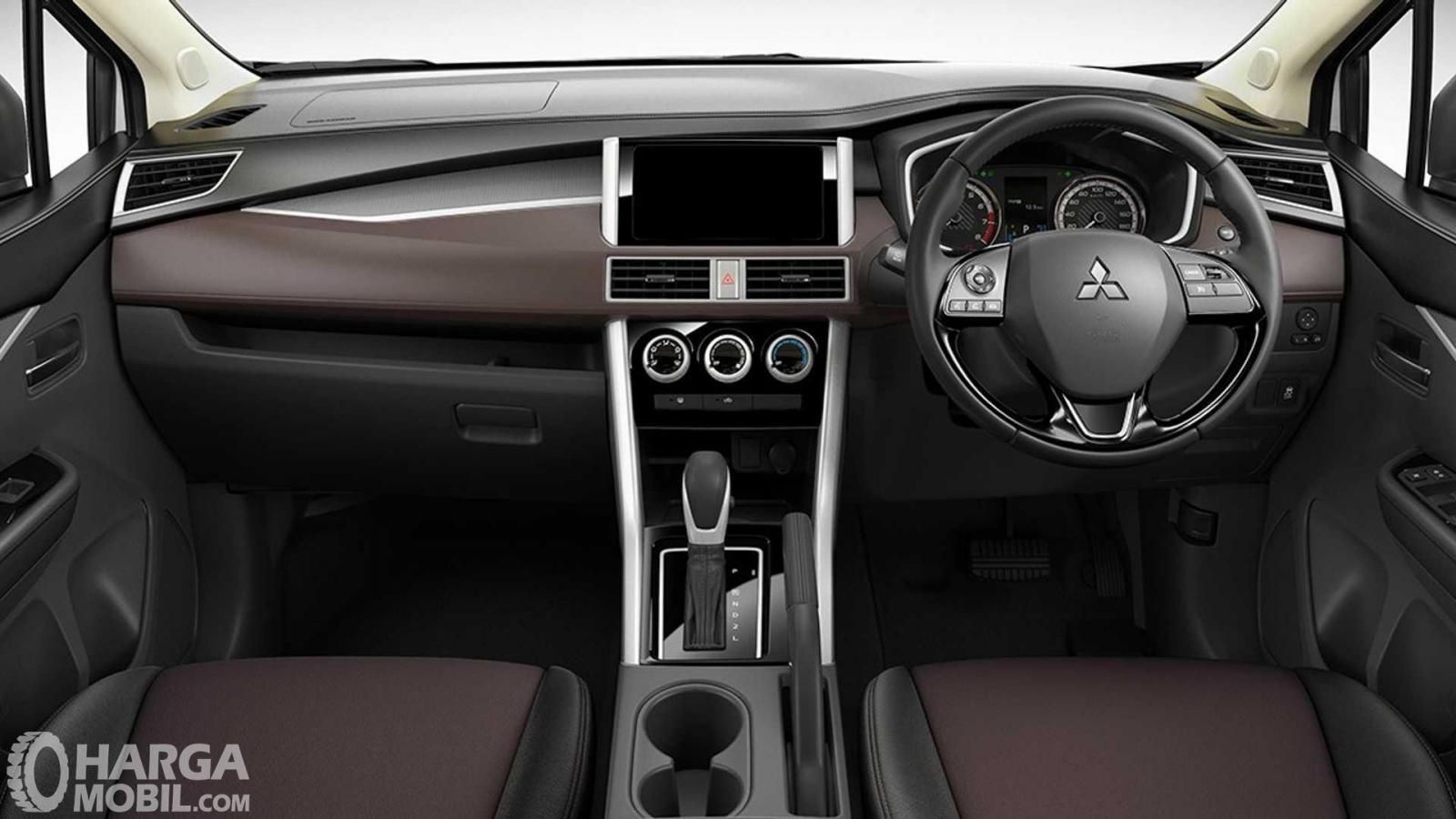 Foto menunjukkan dashboard dan setir Mitsubishi Xpander Cross Premium Package 2019