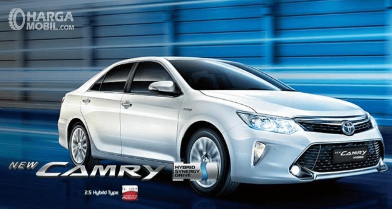 Gambar ini menunjukkan mobil Toyota New Camry Hybrid