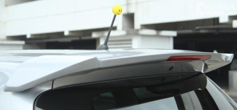 Gambar ini menunjukkan spoiler pada bagian atap belakang mobil