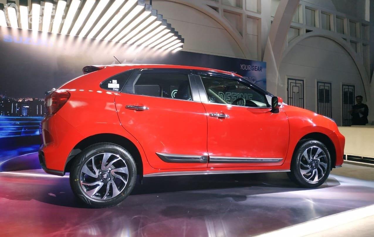 Foto menunjukkan Suzuki New Baleno Hatchback 2019 tampak dari samping