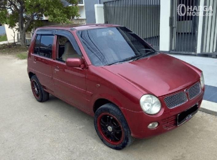 Gambar ini menunjukkan samping kanan dan bagian depan Daihatsu Ceria 2003