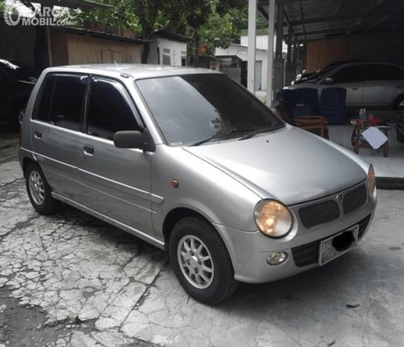 Gambar ini menunjukkan bagian samping Daihatsu Ceria 2003