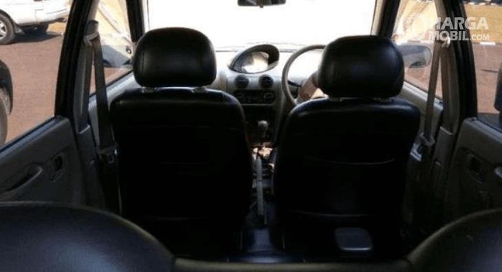 Gambar ini menunjukkan jok mobil Daihatsu Ceria 2003