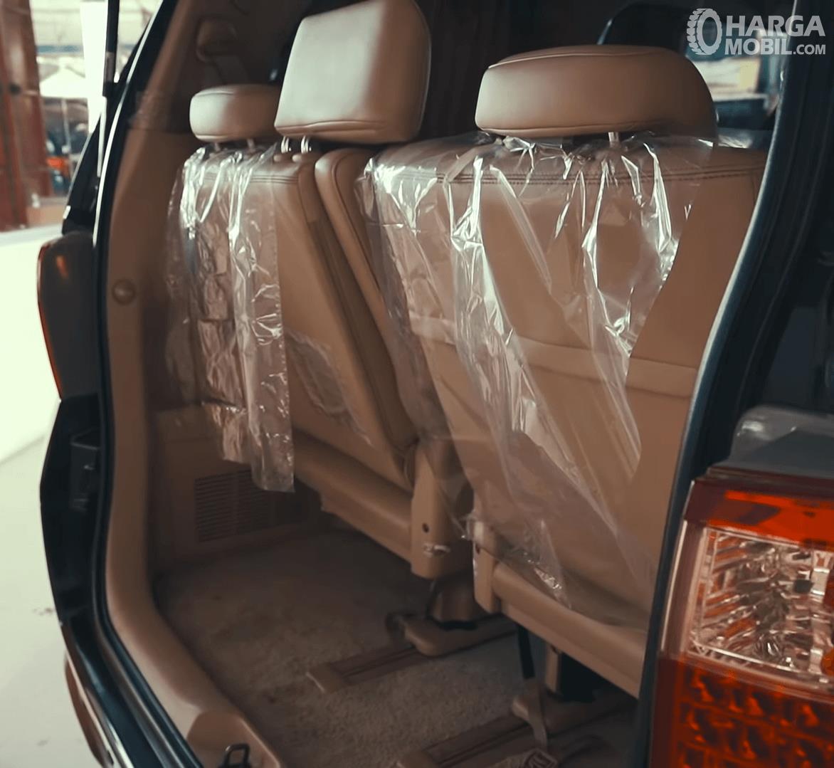 Gambar ini menunjukkan bagasi mobil Toyota Alphard 2.4 G 2009