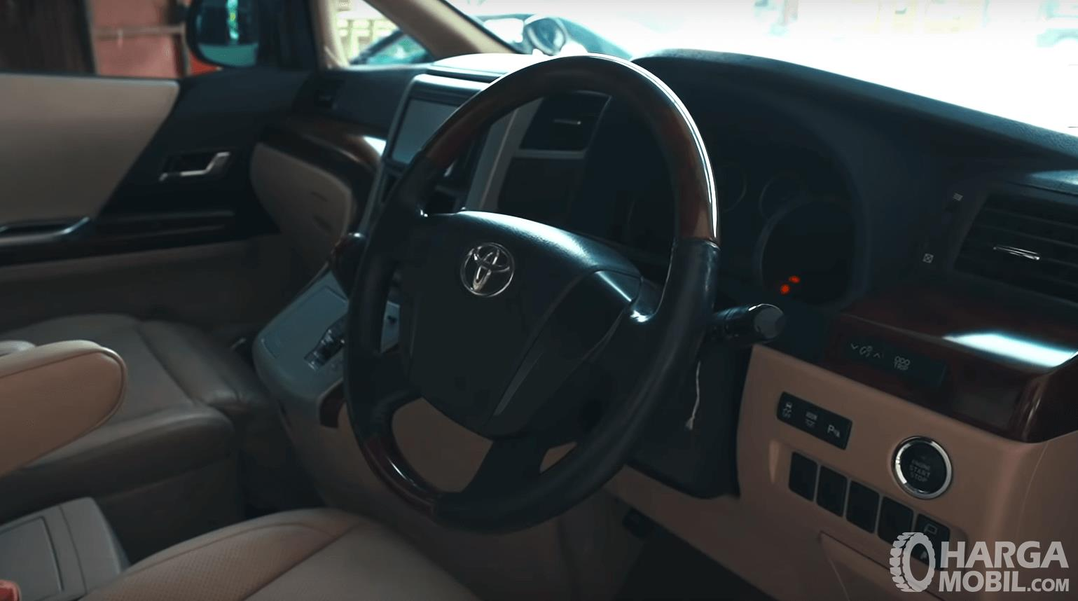 Gambar ini menunjukkan dashboard mobil Toyota Alphard 2.4 G 2009