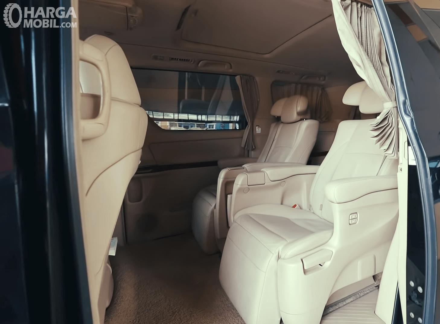 Gambar ini menunjukkan jok mobil baris kedua Toyota Alphard 2.4 G 2009