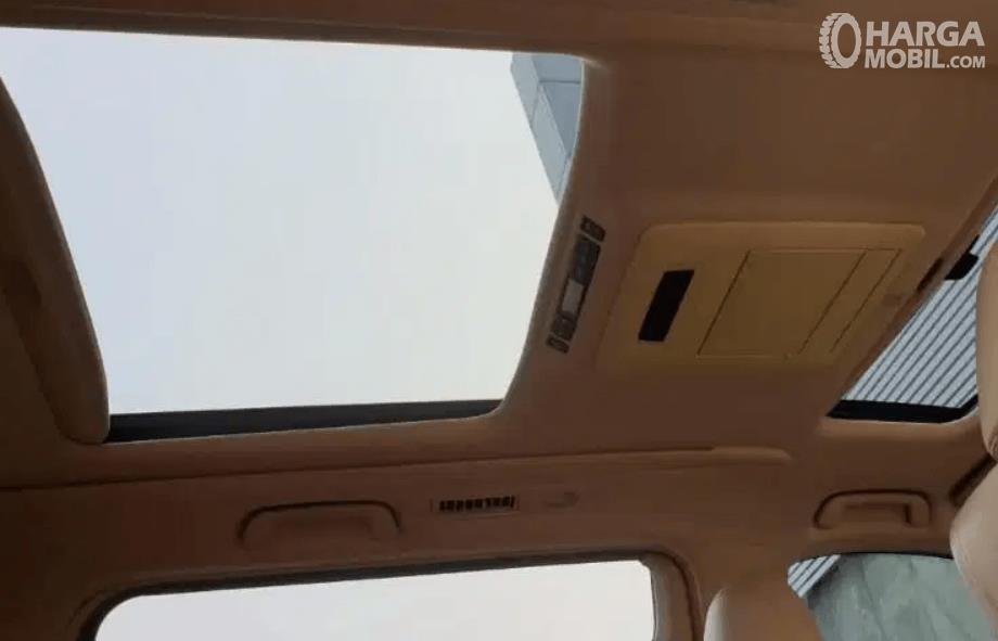 Gambar ini menunjukkan fitur panoramic roof Toyota Alphard 2.4 G 2009