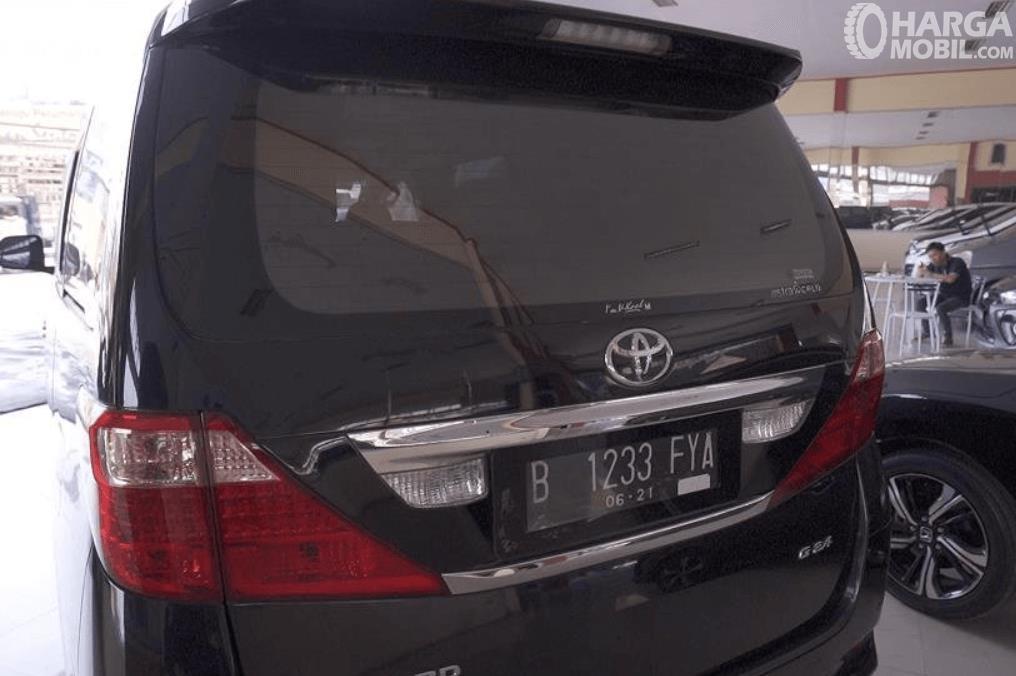 Gambar ini menunjukkan bagian belakang Toyota Alphard 2.4 G 2009