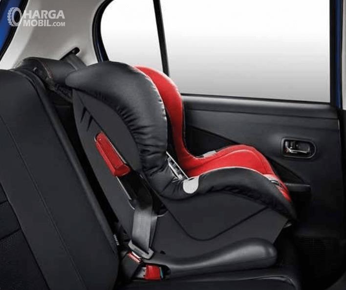 Gambar ini menunjukkan Chil Seat yang ditempatkan pada kursi belakang