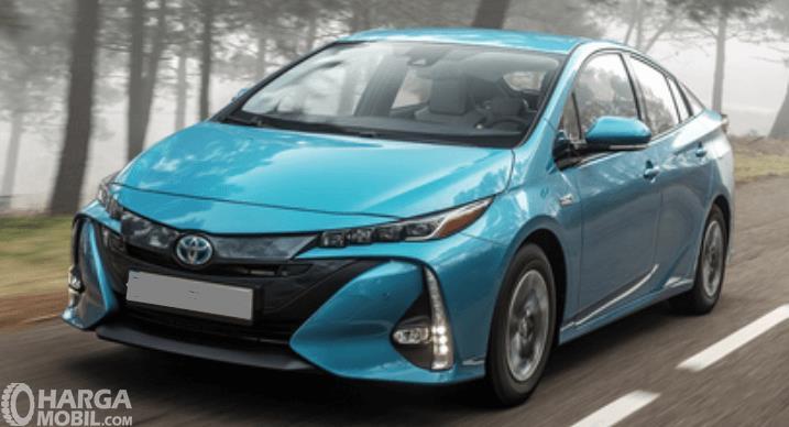 Gambar ini menunjukkan mobil Hybrid Toyota Prius warna biru