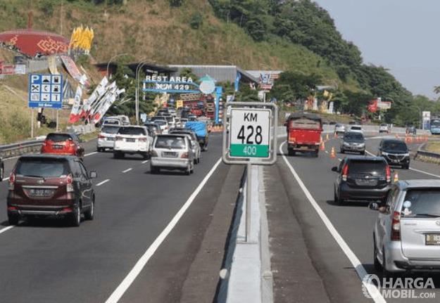 Gambar ini menunjukkan jalan tol KM 428 sedang ada rekayasa jalan