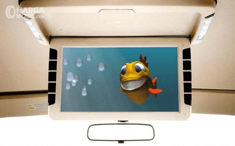 Gambar ini menunjukkan fitur monitor di atap mobil Nissan Grand Livina X-Gear 2013