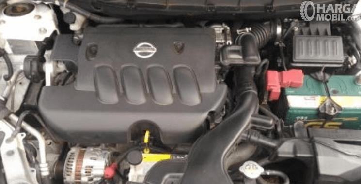 Gambar ini menunjukkan mesin mobil Nissan Grand Livina X-Gear 2013