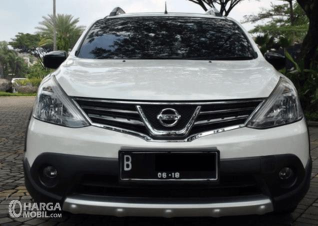 Gambar ini menunjukkan bagian depan mobil Nissan Grand Livina X-Gear 2013