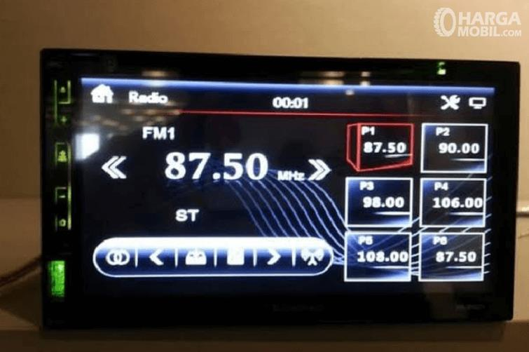 Gambar ini menunjukkan head unit dalam kondisi menyala radio