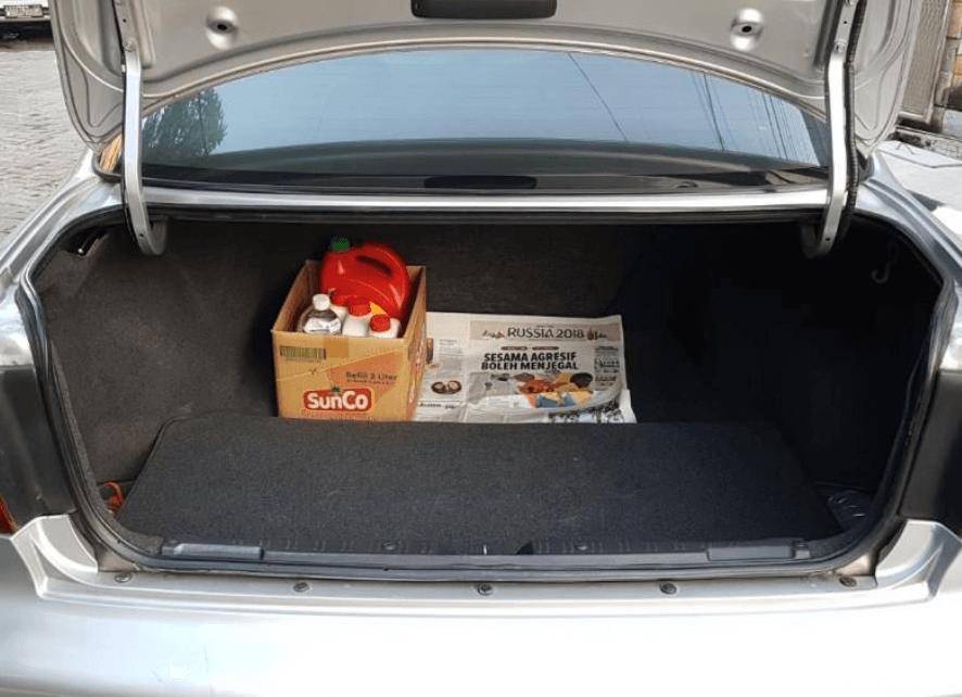 Gambar ini menunjukkan bagasi mobil milik Honda Accord 2003
