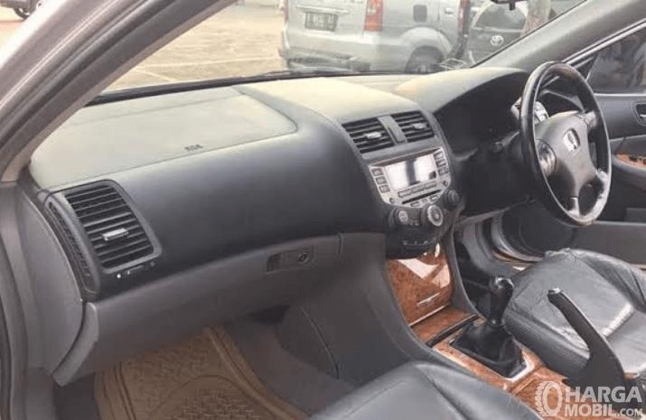 Gambar ini menunjukkan dashboard dan kemudi mobil Honda Accord 2003