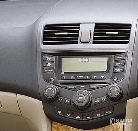 Gambar ini menunjukkan head unit pada mobil Honda Accord 2003