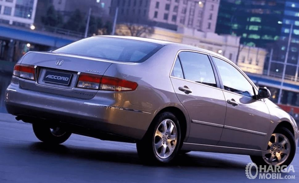 Gambar ini menunjukkan bagian belakang mobil Honda Accord 2003