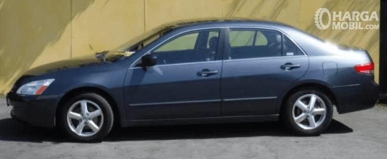 Gambar ini menunjukkan bagian samping mobil Honda Accord 2003