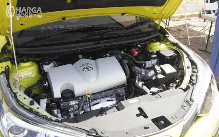 Gambar ini menunjukkan mesin mobil Toyota Yaris TRD Sportivo 2018