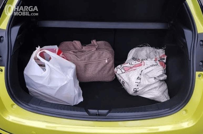 Gambar ini menunjukkan bagasi mobil Toyota Yaris TRD Sportivo 2018