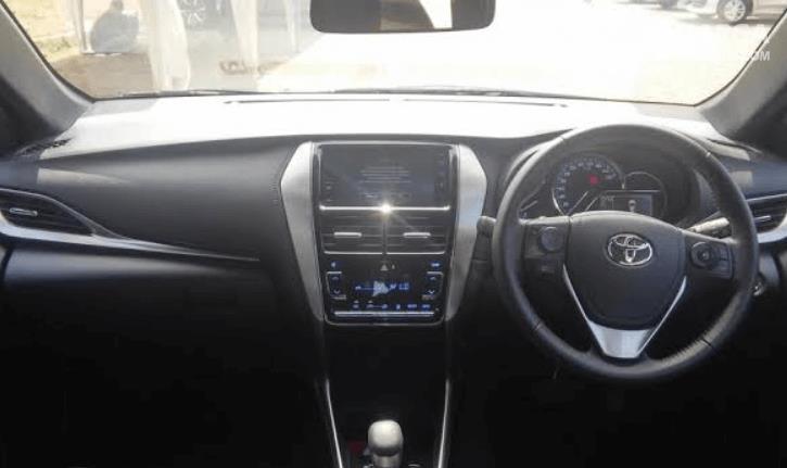 Gambar ini menunjukkan bagian dashboard mobil Toyota Yaris TRD Sportivo 2018