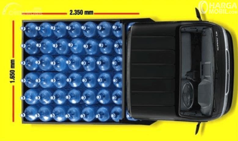 Gambar ini menunjukkan bagian belakang Suzuki Carry Pick Up 2015