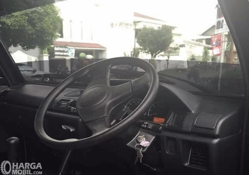 Gambar ini menunjukkan interior mobil Suzuki Carry Pick Up 2015