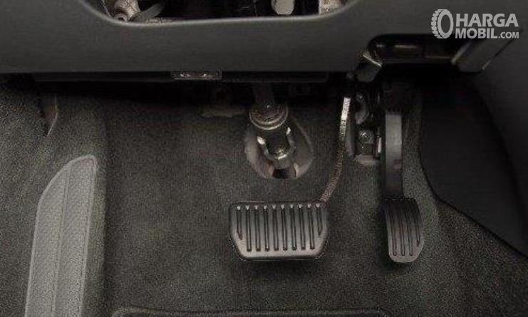 gambar ini menunjukkan 2 buah pedal pada mobil matic