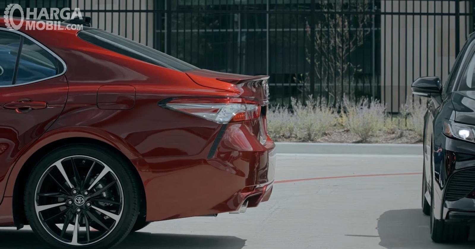 Gambar ini menunjukkan bodi belakang dan bodi samping mobil