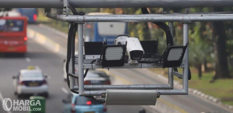 Gambar ini menunjukkan kamera CCTV yang melihat data mobil yang melintas