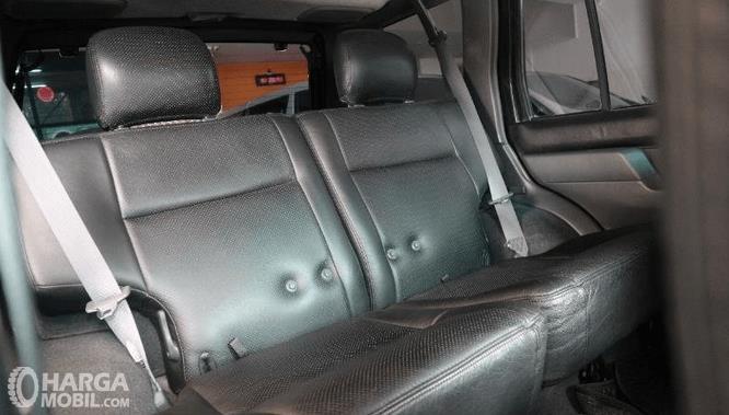 Gambar ini menunjukkan jok mobil Nissan Terrano Kingsroad 2000