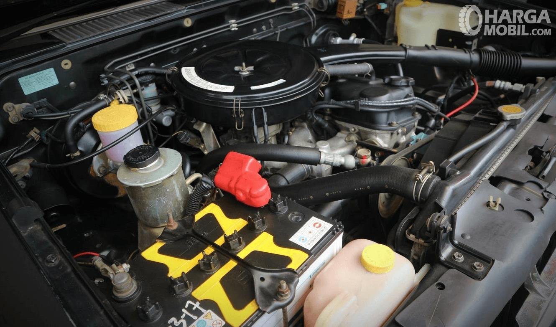 Gambar ini menunjukkan mesin mobil Nissan Terrano Kingsroad 2000